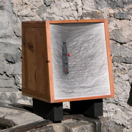 Recto-verso,bois, étoffe et fils, 35x35x30 cm